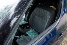 Il fracture des vitres de voitures et est trahi par son sang
