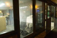 Ils brisent la vitre de la maison de quartier