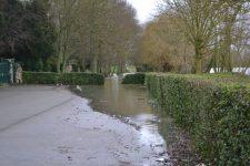 Un parking inondé en bord de Seine, pas de craintes pour les habitations