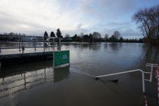 De Juziers à Meulan-en-Yvelines, l'eau envahit les îles, l'électricité lâche