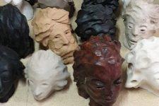 Vingt visages en argile retrouvés aucimetière
