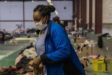 Les vêtements collectés au Relais sevendent aussi en Afrique