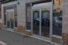 Une maison close derrière la vitrine du salon de massage